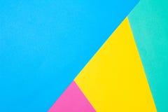 Farbiges Papier in einer geometrischen flachen Zusammensetzung Stockbild