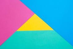 Farbiges Papier in einer geometrischen flachen Zusammensetzung Lizenzfreies Stockfoto