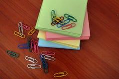 Farbiges Papier für Anmerkungsbüroklammern für Dokumentengeschäft Stockbilder