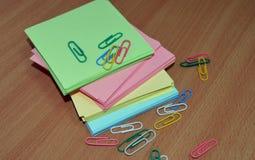 Farbiges Papier für Anmerkungsbüroklammern für Dokumentengeschäft Stockfotos
