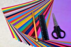 Farbiges Papier für Kreativität in Form von Blättern für das Schreiben lizenzfreies stockbild