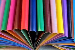 Farbiges Papier für Kreativität in Form von Blättern für das Schreiben stockbild