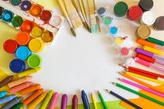 Farbiges Papier, Filzstifte, Bleistifte, Bürsten und Gouacherahmen Lizenzfreies Stockfoto