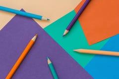 Farbiges Papier und Bleistifte Stockbild