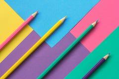 Farbiges Papier und Bleistifte Stockfotos