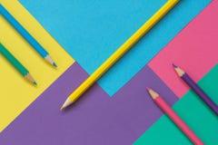 Farbiges Papier und Bleistifte Lizenzfreie Stockfotos