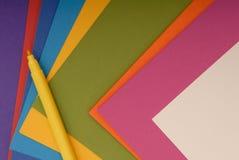 Farbiges Papier und gelber Filzstift Stockfoto