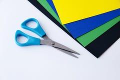 Farbiges Papier und Scheren Lizenzfreie Stockfotos