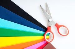 Farbiges Papier und Scheren Stockbild
