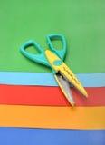 Farbiges Papier und Scheren Stockfoto