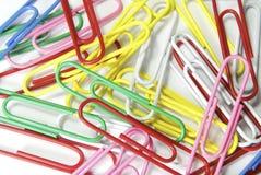 Farbiges Papierklammer-Hintergrund, Büro stationär. Stockfotografie