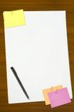 Farbiges Protokoll und weißes unbelegtes Anmerkungspapier Lizenzfreie Stockfotografie