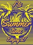 Farbiges Retro- Plakat mit den Palmen, zum einer touristischen Reise zu annoncieren Stockfotos