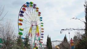 Farbiges Riesenrad an einem bewölkten Tag stock video
