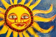 Farbiges Wandgemälde des hellen Sonnenscheins gemalt auf Wand in Santa Marta, Colombi stockfotos