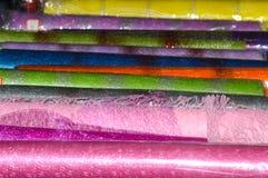 Farbiges Zellophan und Masche für verpackende Blumen Stockfotos