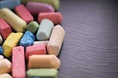 Farbkreide Farbige Kreide auf einem schwarzen Hintergrund Schule-studie Lizenzfreies Stockfoto