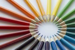 Farbkreis von Bleistiften mit ergänzenden Farben Stockfoto