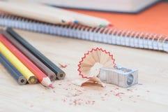 Farbkunstbleistifte mit Bleistiftspitzer und Notizbuch Lizenzfreies Stockfoto