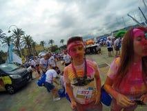 Farblauf, 5 Kilometer, zum entlang zu laufen oder, gehend, mit Explosionen von farbigen Pulvern, von Spielen und von vielen Musik Stockfoto