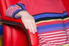 Farblehnsessel, moderner Designerstuhl auf Beschaffenheitsstuhl lizenzfreies stockbild