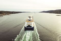 Farblinie - Fähre im Oslofjord stockfotos
