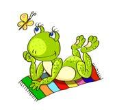 Farbloser Hintergrund mit einem grünen Frosch liegt auf dem farbigen Strand Lizenzfreie Stockfotos