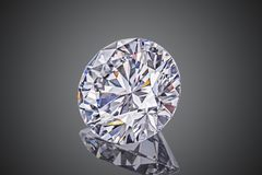 Farbloser transparenter funkelnder runder Luxusgeschliffener Diamant der Edelsteinform lokalisiert auf schwarzem Hintergrund stockbild