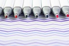 Farbmarkierungs-Stifte lokalisiert auf weißem gewelltem Hintergrund stockfoto