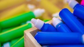Farbmedizin-Flasche mit bedeckten Kappen lizenzfreie stockbilder