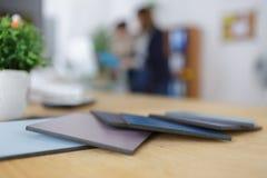 Farbmuster im Büro Stockfotos