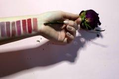 Farbpalette des Lippenstifts auf Ihrer Hand stockfotografie