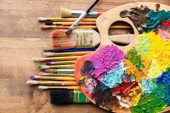 Farbpalette und -malerpinsel Lizenzfreies Stockfoto