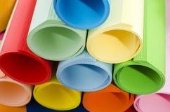 Farbpapier gerollt und angehäuft Stockbilder