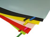 Farbpapier und farbige Bleistifte Stockfotos