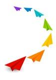 Farbpapierflugzeuge auf Weiß Stockbilder