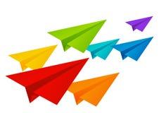 Farbpapierflugzeuge lokalisiert auf Weiß Stockfotos