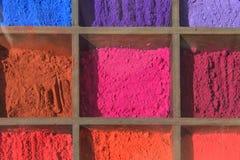 Farbpigmentpulver im Kasten für Kunstmalerei stockfotografie