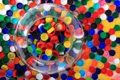 Farbplastik bedeckt Hintergrund mit einer Kappe Stockbilder