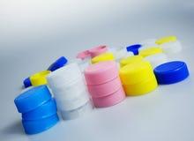 Farbplastikflaschenkapseln Stockfotos