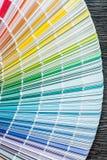 Farbprobenehmerfan auf hölzernem Brett Stockfoto