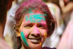 Farbpulver auf einer jungen Dame Frühlingsfest Stockfotografie