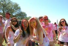Farbpulver und enormes Lächeln Frühlingsfest Stockbild