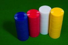 Farbschuß eines Stapels verschiedener Pokerchips Stockbilder