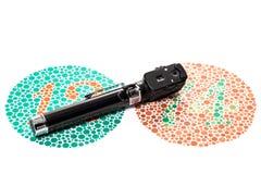 Farbsehtestdiagramm und Ophthalmoskop Stockfotos