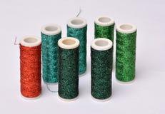 Farbspulen - 6 Grün und nur ein Rot Lizenzfreie Stockfotografie