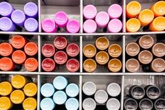 Farbstifte auf Regalen im Speicher, im Büroartikel und im Briefpapier Mehrfarbige Markierungen im Kunstspeicher stockbilder