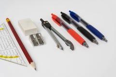 Farbstifte des gesetzten Quadrats des Bleistiftspitzer-Radiergummi-Bleistifts und Lizenzfreie Stockbilder