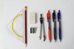 Farbstifte des gesetzten Quadrats des Bleistiftspitzer-Radiergummi-Bleistifts und Stockfoto