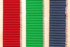 Farbstreifen mit Bleistiften Stockfoto
